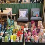 Espace canapé et fauteuils au salon de thé
