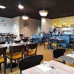 Salle de restaurant avec cuisine ouverte