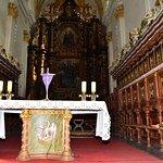ołtarz główny i przepiękne stalle