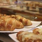 Házi készítésű croissant adunk, amit még frissen fogyaszthatsz el reggelire, vagy későn kelőknek uzsonnára.