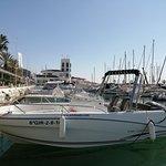 Elegante embarcación Cap Camarat con capacidad para 7 personas, necesaria licencia PNB para su navegación, disfruta de un fantástico día en el mar y descubre las maravillosas calas en la Costa del Garraf.