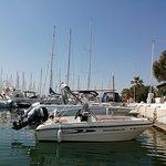 Embarcación Karel con capacidad para 4 personas, sin necesidad de licencia de navegación.  Disfruta siendo patrón por un día!