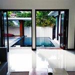 A vista da sala para a piscina e jardim, a villa é super ampla e arejada