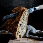 Ons vers gebakken zuurdesem met huisgemaakte boter