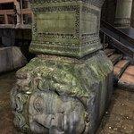 Una de las cabezas de Medusa, rodeada de monedas de la buena suerte