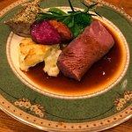 お皿に盛られたラム肉(ローストビーフ風)