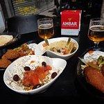 de izquierda a dcha.: Falafel, Labne (abajo), Hummus (arriba) y Kebbe.