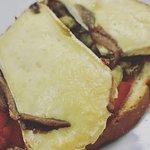 Tostada de escalivada conanchoas con queso brie