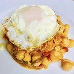 Fritada de garbanzos con pimiento rojo escalivado y huevo frito