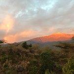 Blick von der Terrasse nach Süden auf den Mount Meru bei Sonnenaufgang (mit Regenbogen)
