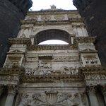 """el hermoso """"arco de triunfo"""" de mármol blanco que sirve de entrada"""