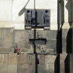 L'apertura nel muro della Cattedrale da cui i nazisti tentarono in tutti i modi, compresa l'acqua, di piegare la resistenza dei giovani attentatori.