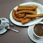 Churros con 2 chocolates.