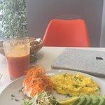 J'ai du rajouter ce délicieux plat : oeufs brouillés avec 2 tartines; avocat et carottes accompagnement laitue et fromage. Très bon assaisonnement