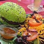 hamburger vegan com pão de espinafres.