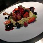 Coxa de pato confitada, frutos vermelhos e risotto de ervilhas