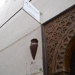 Letrero en la fachada de entrada