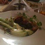 rolada z golonki confittowanej w pianie z ziemniaka z puree z zielonego groszku podane z ogórkie