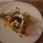 gałązki brokułowe z sosem holenderskim, kulkami z kukurydzy i zielonym groszkiem