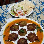 Falafel with yoghurt and bread