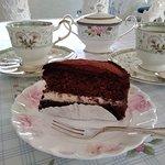 自家製のチョコレートケーキです。ふんわりとしたココアスポンジケーキに生クリームをサンドしてガナッシュクリームでコーティング。甘さをおさえたケーキです。