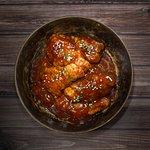 Alitas Barbacoa Búfalo: Previamente estofadas, bañadas en salsa barbacoa buffalo casera. Toque picante.