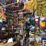 El Retiro es un pueblo típico de Antioquia , muy buen conservado , colorido , con tiendas y bares muy típicos y en la plaza se aprecian los toldos con ventas de frutas y verduras, si viene a Medellin haga un recorrido a 50 minutos y visite el Pueblo , eso si tómese un aguardiente !