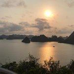 Vista del atardecer de la Bahía de Halong desde Ti Top