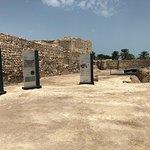 قلعة اثرية وهي حصن  قديم لحضارة دلمون من القرن السادس عشر وبجانبها متحف يعرض  الاكتشافات ويتطلب المشي وصعود السلالم وبه ممرات وغرف واقبية وسور ضخم يحيط بها وهي في الجهة الشمالية من البحرين