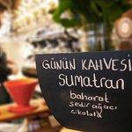Sumatran çekirdek kahvemizin tadına baktınız mı? 🌱 •  Sumatran çekirdeğinin özellikleri: •Endonezya kahvesidir. •Koyu kavrulması tercih edilen çekirdek türündendir. •Çekirdekler koyu griye yakın yeşil mavi tonlarında olup, şekil olarak eğri büğrü görünüme sahiptirler.