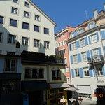 Μία πολύχρωμη πλατεία στην παλιά πόλη της Ζυρίχης.