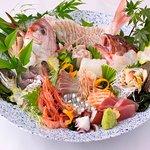 当店では、水揚げされたばかりの新鮮な魚はもちろんの事、採れたての野菜を職人自ら厳選し一つ一つ心を込めて料理しております。