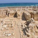 Les fouilles archéologiques de l'Eglise dominicaine Saint-Pierre, de part et d'autre de la grande avenue, sur le front de mer.