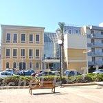 Le restaurant est également à proximité du musée historique de Crète, reconnaissable à son bâtiment jaune de la fin du 19ème siècle et ses verrières modernes.