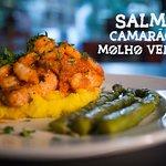 Salmão grelhado com camarão ao molho vermelho, aspargos, purê de mandioquinha e tempero verde!