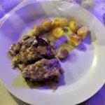 Cosciotto d'agnello cotto al forno con patate al rosmarino.