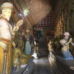 Большие скульптуры в основном храме