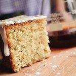 Maridajes para realzar los sabores del café como torta de amapola artesanal