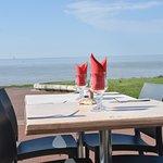 Face à la mer et au phare de Cordouan, venez nous retrouver le temps d'un déjeuner ou d'un dîner !