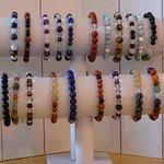 Nos bracelets en minéraux, faits en boutique et sur demande