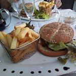 un burger frites délicieux