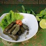 Hojas de uva, rellena con arroz y vegetales, con el delicioso toque de limon y aceite de oliva