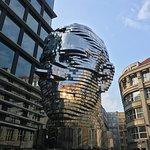 Uma escultura móvel tridimensional em homenagem ao famoso Judeu de Praga, Franz Kafka. Fique observando por minutos... é muito bacana!!! em frente a um Shopping de Praga. Top ninja!!!