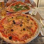 Diesmal draußen mit unglaublich schönem Blick. Pizza Rucola/Parma (12,90 €) und Pizza Capriccios