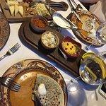 Ассорти закусок, ассорти сыров и кутабы с зеленью