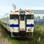 指宿枕崎線は単線のローカル電車で非電化のためパンタグラフがない車両で電線も無い電車です。