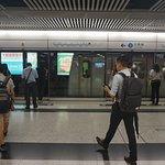센트럴 역에 진입하는 항도선 차이완행 열차
