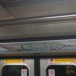 항도선 열차가 노스포인트 역에 진입할 때 정관오우 선에 불이 켜지고 있다. 실제 과거의 쿼리베이 역은 해저터널로 인한 대면환승 설계가 불가능한 상태로 이에 따라 환승에 어려움이 발생하면서 노스포인트까지 연장하여 환승 편의를 제공하게 되었다.