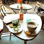 Kaffee und frischer Pfefferminztee mit Haferplätzchen