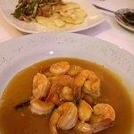 """Camarones Pasión (salsa de maracuyá) - papas gratinadas y """"vegetales"""" al wok."""